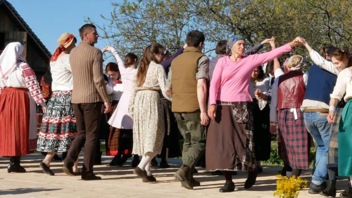 Мова Нанова: Танцы ў маёвым садзе